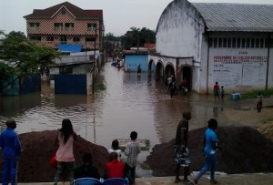 inondation au bord de la rivière N'Djili